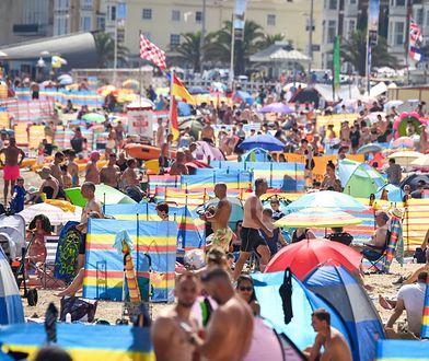 Wakacje 2020. Tłumy turystów na plaży w brytyjskim miasteczku Weymouth