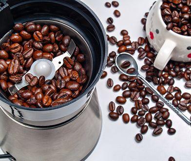 Istnieje kilka sposobów na to jak zmielić kawę do ekspresu ciśnieniowego, ale najczęściej używa się do tego celu młynka elektrycznego