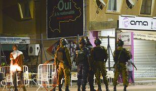 Siły bezpieczeństwa w pobliżu restauracji Istanbul w centrum Wagadugu
