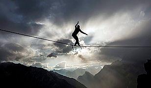 Spacer po linie w chmurach