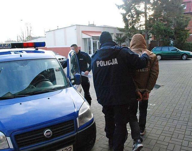 Internetowy naciągacz zatrzymany. 19-latek z Pucka usłyszał 78 zarzutów