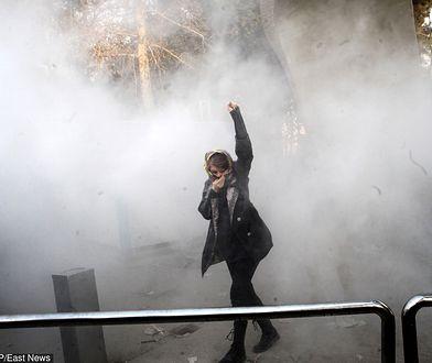 Zdjęcie kobiety z uniesioną pięścią w Teheranie jest symbolem obecnej fali protestów w Iranie