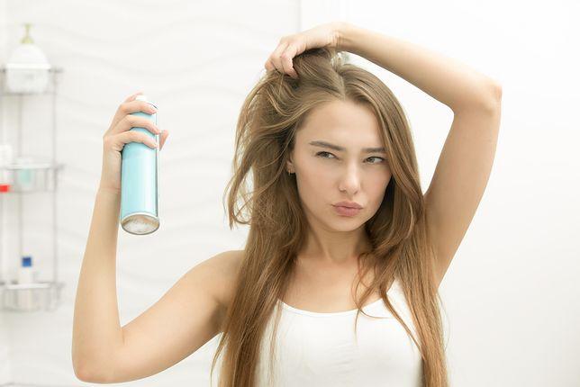 Piękne włosy przez długi czas po farbowaniu. Podpowiadamy, jak to osiągnąć