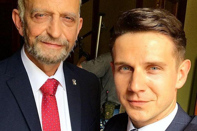 """Janusz Chabior i Antek Królikowski stworzyli w """"Polityce"""" duet inspirowany Macierewiczem i Misiewiczem"""