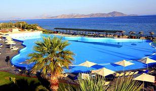 Komfortowy basen ze słodką wodą i widok na morze - idealny wypoczynek w Grecji