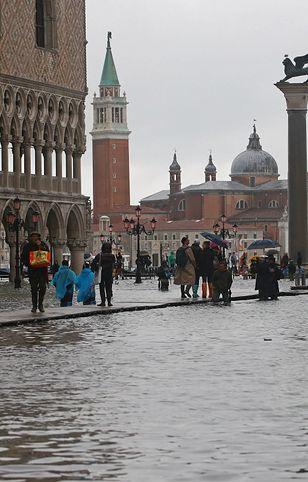Wenecja. Czerwony alarm przed kolejną falą powodziową. Woda może zająć ponad 70% obszaru miasta.