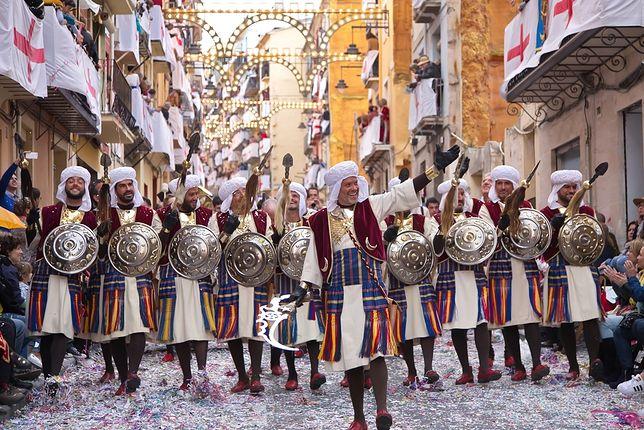 Hiszpania. Fiesta upamiętniająca wygnanie Maurów trwa nawet kilka dni