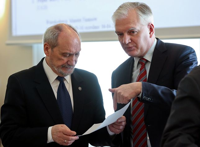 Antoni Macierewicz i Jarosław Gowin przed posiedzeniem rządu w kwietniu 2016 r.