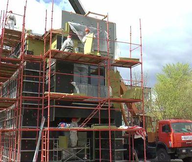 Budowę można obserwować na żywo w internecie.