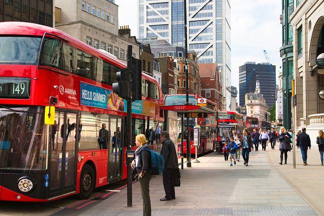 Dramatyczne chwile w londyńskim autobusie. Nożownik obezwładniony przez pasażera