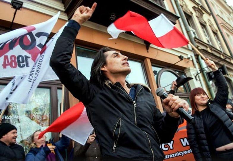 """Ivan Komarenko śpiewa na ulicy. """"Nic mocniejszego dziś nie zobaczycie"""""""