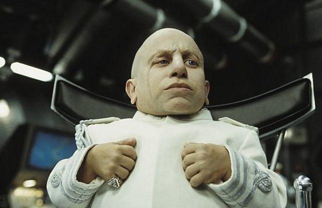 """Verne Troyer w filmie """"Austin Powers i Zloty Czlonek"""""""