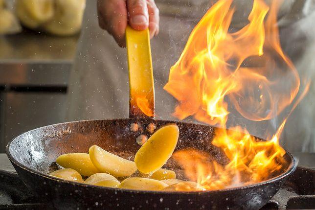 Flambirowanie polega na oblaniu lub skropieniu dania na patelni alkoholem i podpaleniu go. Ma to na celu wyparowanie mocy alkoholu z potrawy, ale jego smak pozostaje.