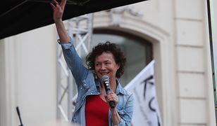 Joanna Szczepkowska na proteście w obronie wolnego sądownictwa w 2017 r.