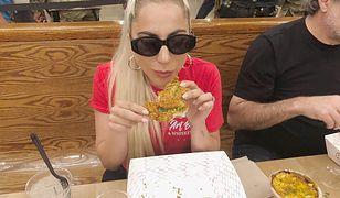 Lady Gaga i smażone, złote kurczaki.