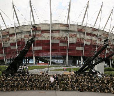 Trwają przygotowania do zbliżającego się szczytu NATO. Wokół stadionu ustawiane jest betonowo-metalowe ogrodzenie