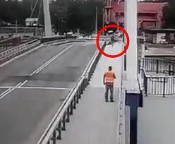 Brawurowy skok przez zwodzony most. Nie chciał czekać, aż się opuści