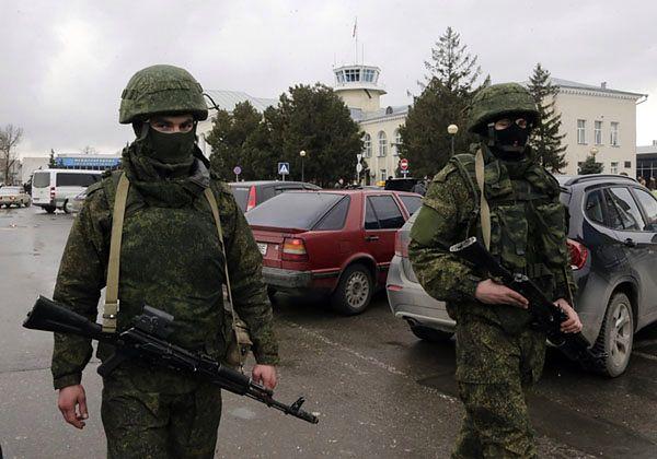 Uzbrojony patrol w pobliżu lotniska w Symferopolu