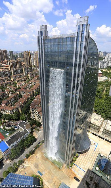 Wodospad tworzy niesamowitą tęczę w środku miasta