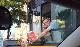 """Wesoły Kierowca znów poprowadzi warszawski autobus. """"Wraca do pracy w komunikacji miejskiej"""""""