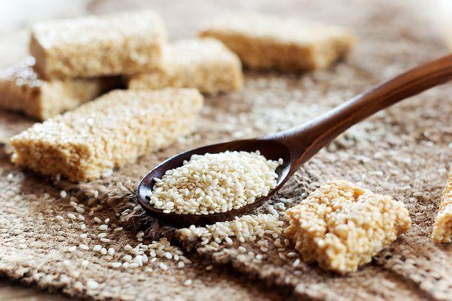Sezam to nie tylko pyszny smak, ale także wiele cennych wartości odżywczych. Przepisy z sezamem