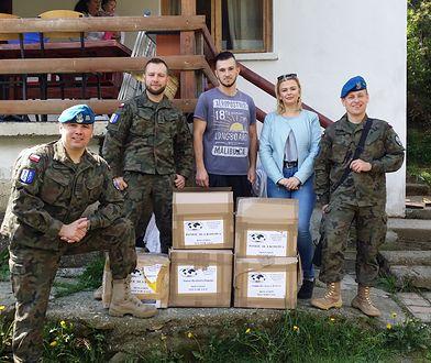 żołnierze III sekcji łącznikowo-monitorującej z pomocą humanitarną dla najuboższych mieszkańców gminy Strpce