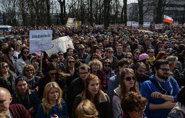 Tłum protestujących przed Sejmem