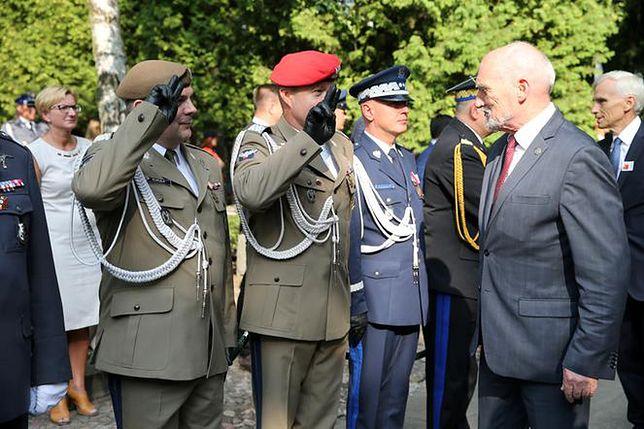 W regulaminie nie ma mowy o salutowaniu byłym ministrom obrony narodowej