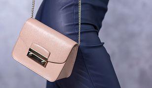Torebki na łańcuszku często widzimy na blogach specjalistów w dziedzinie mody z całego świata