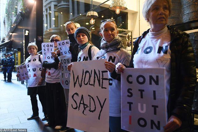 Grupa demonstrantów podczas wizyty prezydenta w Sydney