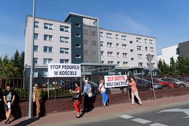 Protest przed poznańskim sądem apelacyjnym w trakcie rozprawy dotyczącej odszkodowania dla ofiary księdza-pedofila