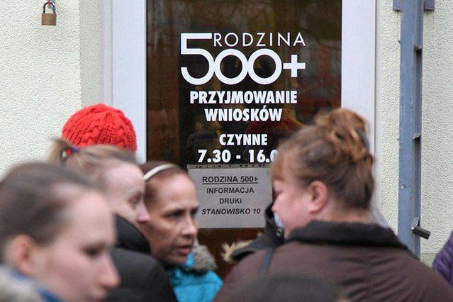Dziesiątki tysięcy wniosków o 500+ czekają na rozpatrzenie. Zagraniczne instytucje ignorują polskich urzędników
