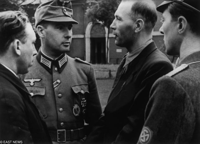 Leon Degrelle w nazistowskim mundurze (drugi z lewej)