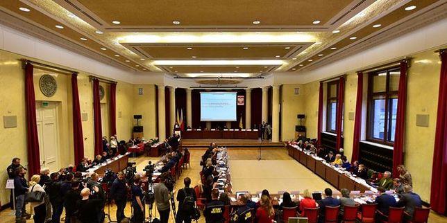 Podczas głosowania w czwartek radni zdecydowali o przyznaniu honorowego obywatelstwa Jolancie Brzeskiej i profesorowo Andrzejowi Rzeplińskiemu