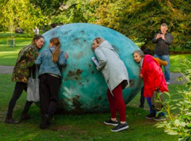 Warszawa. Podobne jajo do tego, które podziwiają spacerowicze w londyńskim parku, pojawi się na placu w centrum stolicy