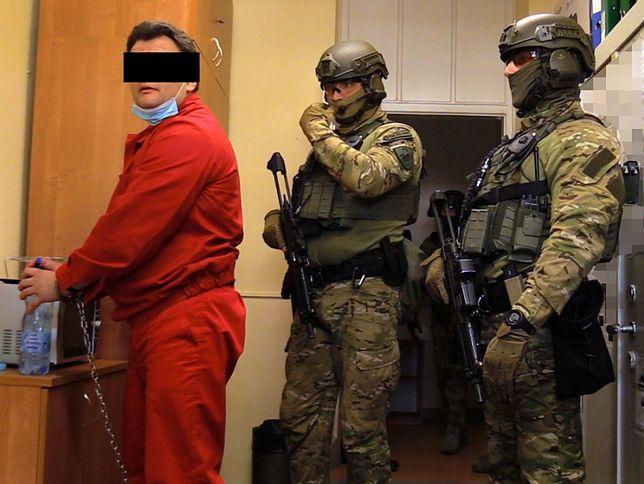 """Warszawa. Sprawa """"Famy"""" zatacza szersze kręgi. Odbywający karę za podpalenie klubu mężczyzna ma teraz zarzuty dotyczące zlecenia zabójstwa. Chciał ukarać sędziego, prokuratora i świadka koronnego"""