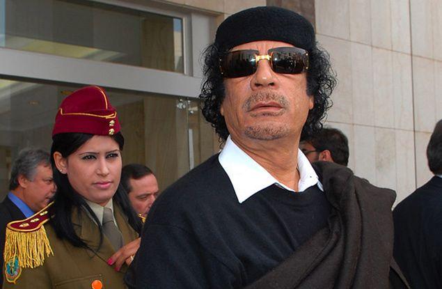 Muammar Kadafi w towarzystwie osobistej strażniczki