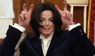 Michael Jackson podczas procesu, który wytoczył mu jego wieloletni promotor. Santa Maria w Kalifornii, grudzień 2002 roku.