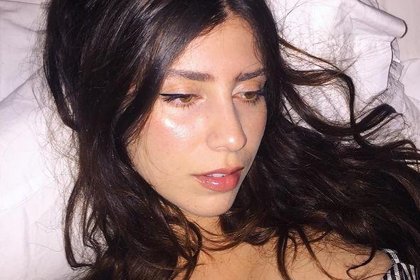 Jej pornograficzne fotografie są niezwykle pomysłowe.