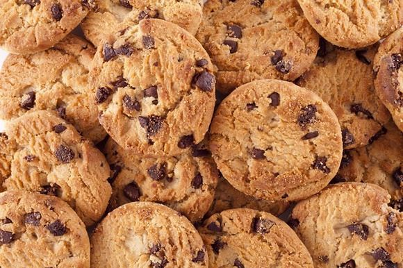 Pieguski to kruche ciasteczka z kawałkami czekolady, które można przyrządzić także w wersji fit.