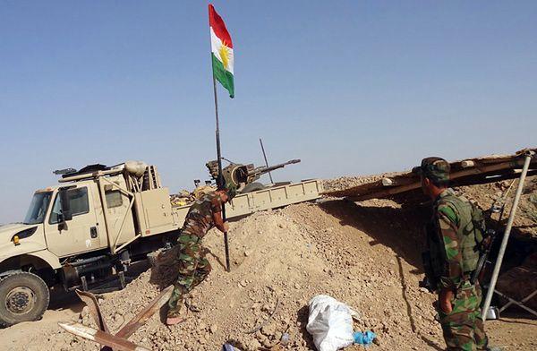 Kurdyjscy partyzanci (Peszmergowie) wznoszą flagę pod Kirkukiem w Iraku