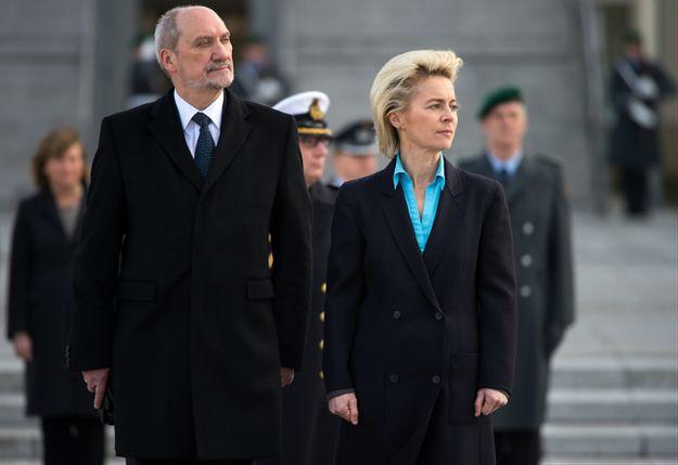 Szefowa niemieckiego MON Ursula von der Leyen (P) i minister obrony narodowej Antoni Macierewicz (L)