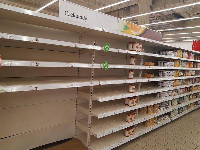 Puste półki w warszawskim supermarkecie. Poza stolicą podobnych sytuacji jest mniej