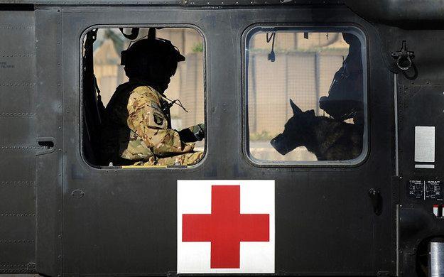 Amerykański śmigłowiec medyczny w bazie w Ghazni, 2013 r.