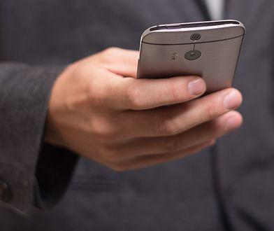 300 tysięcy Polaków ma niezapłacone rachunki za telefon. O czym trzeba pamiętać, korzystając z komórki za granicą?