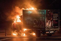 Warszawa. W nocy spłonęła ciężarówka z hasłami antyaborcyjnymi [ZDJĘCIA]