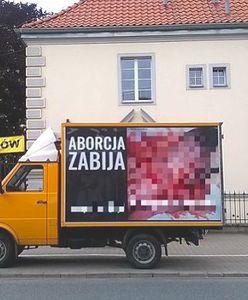 Warszawa. Sama przeciwko antyaborcyjnej furgonetce. Kobieta wstrzymała akcję fundacji Pro-Prawo do Życia