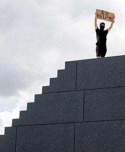 """Warszawa. Demonstracja na """"schodach smoleńskich"""". """"Unio, pomóż mi!"""""""