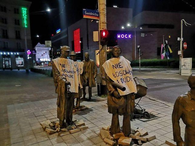 """Wrocław. """"Nie głosowałem na Dudę"""". W buntownicze koszulki ktoś ubrał nocą wrocławskie pomniki"""