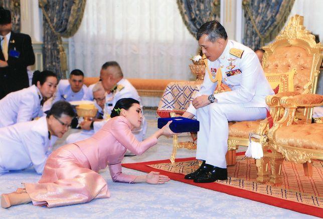 Król Tajlandii ożenił się z szefową ochrony. Nikt nie odważy się już krytykować związku